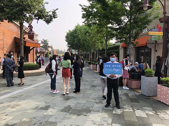 5月11日早7时许,上海迪士尼乐园重新开园首日,迪士尼小镇已有许多游客前来。 本文图片均为澎湃新闻记者 李佳蔚 图