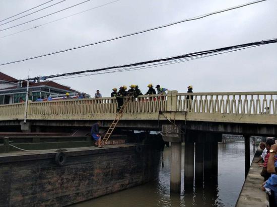 雨季水位暴涨 上海金山一船只撞桥造成2人受伤