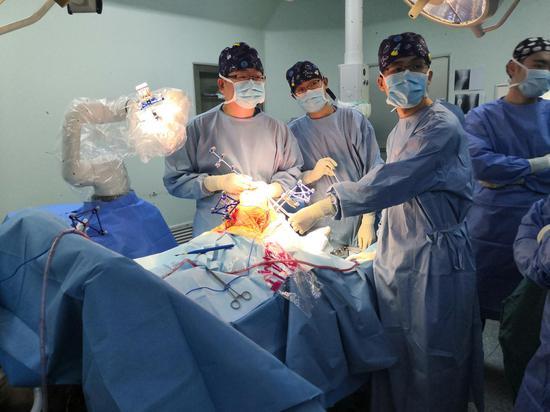 """上海第九人民医院骨科李慧武主任医师团队利用""""鸿鹄""""手术机器人为一名69岁女性患者完成了全膝关节置换术。本文图片 上海第九人民医院 供图"""