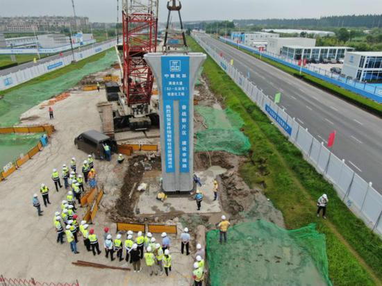 两港大道快速化工程完成首根花瓶墩柱吊装 误差小于1㎜