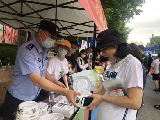 沪警方开展规范养犬行为专项整治 5月以来处罚870余起