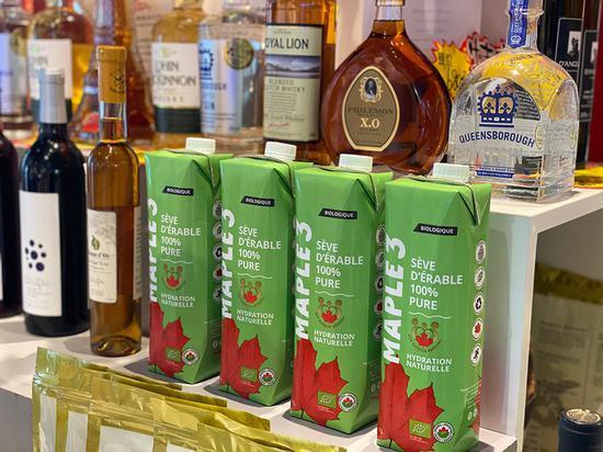 加拿大的枫树液(绿色包装)是进博会的网红展品。