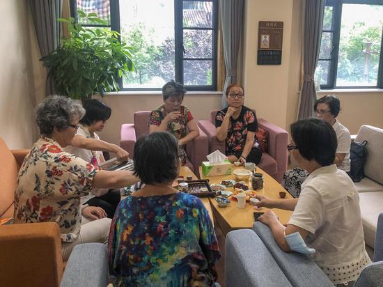 为老服务中心的音悦坊中,老人们品茶聊天。