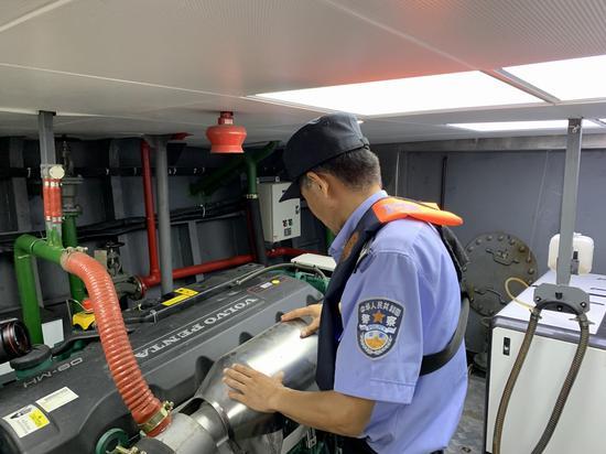 李勤在机舱内检查设备。本文图片 澎湃新闻记者 朱奕奕