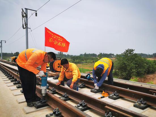 合肥工务段技术骨干检测调试合安高铁舒城东站道岔关键设备