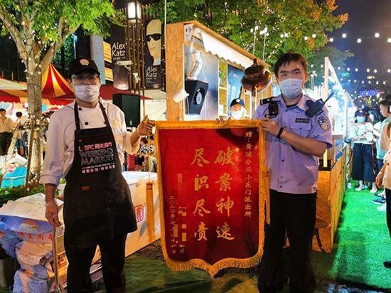 大意的夜市摊主给民警送锦旗。黄浦警方供图