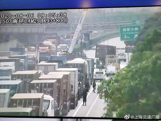 一集卡凌晨在上海绕城高速侧翻洗洁精洒满路面 无人伤