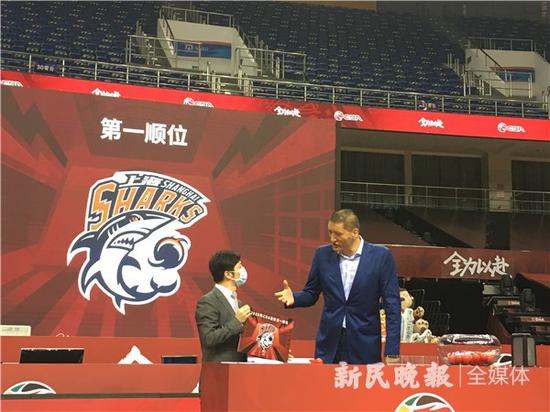 图说:巴特尔(右)第一个就抽中上海男篮 新民晚报记者 李元春 摄
