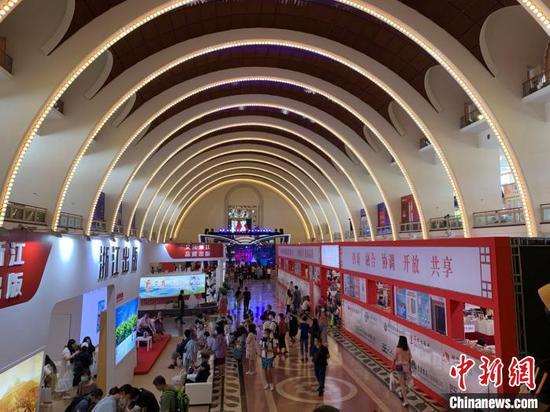 """8月12日,2020上海书展暨""""书香中国""""上海周拉开帷幕。 周卓傲 摄"""