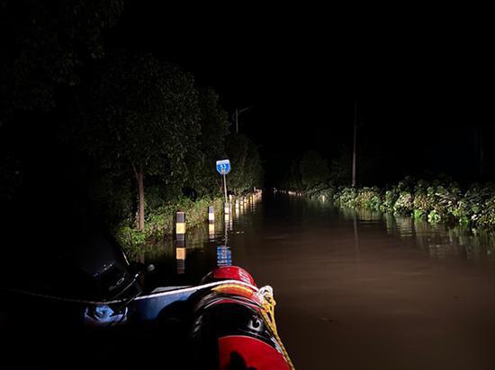 2020年7月20日晚上,一艘救生艇停到县道旁边。澎湃新闻记者 柯颖琨 图