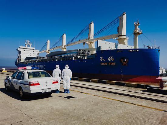 边检民警与南港码头密切配合,加强船舶在港期间管理。 胡春华 摄