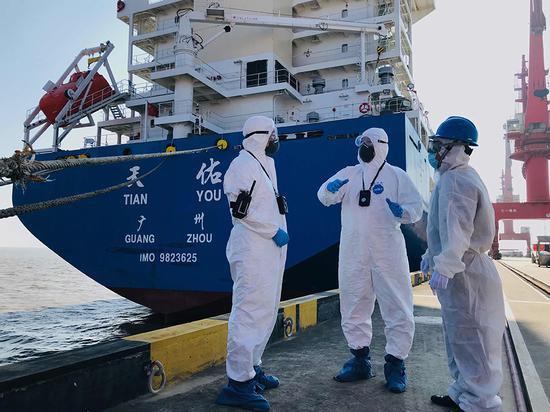"""洋山边检站提前安排警力为""""天佑""""号冰级船入境提供便利。 史建伟 摄"""