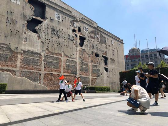 上海四行仓库抗战纪念馆晋元纪念广场上,游客拍照留念。 澎湃新闻资深记者 陈伊萍 图