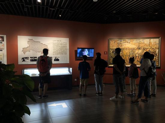 上海四行仓库抗战纪念馆内,市民参观中。澎湃新闻资深记者 陈伊萍 图
