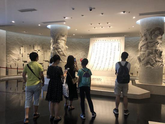 上海四行仓库抗战纪念馆内,市民参观中。 澎湃新闻资深记者 陈伊萍 图