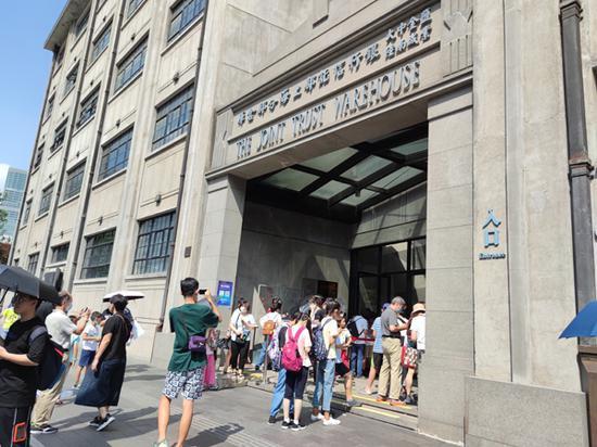纪念馆进口处汇聚了不少游客。澎湃新闻资深记者 陈伊萍 实习生 张超焱 图
