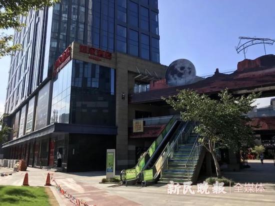 """图说:""""如家酒店""""外观 新民晚报记者 徐驰 摄(下同)"""