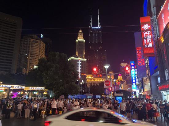 9月12日晚,南京路步行街夜景。 澎湃新闻记者 邹娟 摄