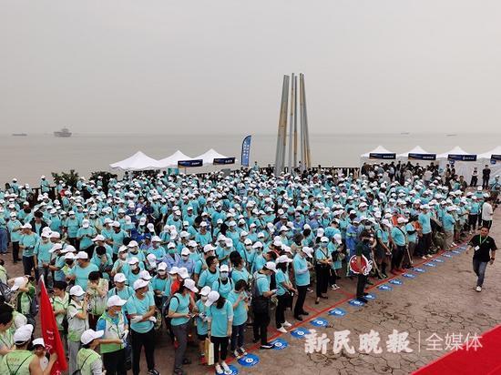 """图说:来自上海36个街镇的志愿者来到滨江森林公园,共同与海滩垃圾进行""""大作战"""" 新民晚报记者金旻矣/摄 下同"""