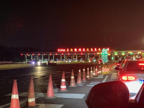 19时许,G1503收费站车辆通行状况。 澎湃新闻记者 朱奕奕 图