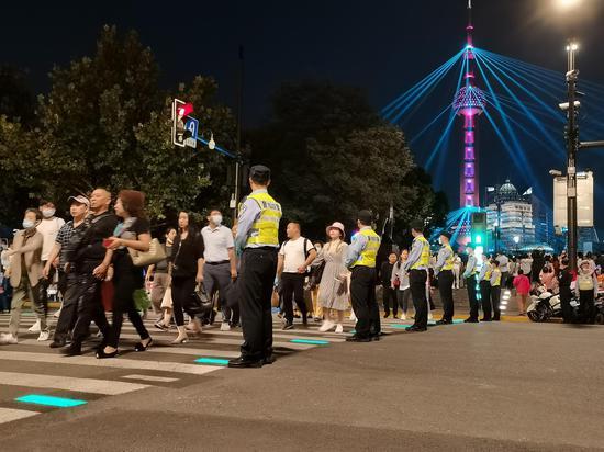 9月30日晚,上海外滩再现超大客流,黄浦警方组成拉链式人墙维护秩序。本文图片 黄浦警方供图