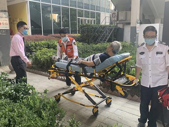 2020年9月30日,上海地铁11号线嘉定新城站,地铁工作人员将老先生送医 上海地铁 供图