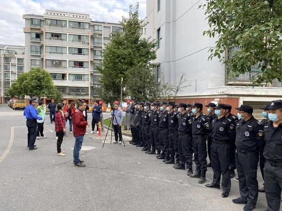 奉浦街道对车库非法居住、非法经营现象开展集中整治