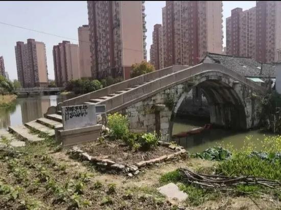 上海近400年历史古桥标志碑被喷涂 两个镇收到检察建议