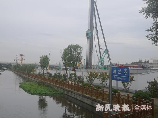图说:工地与西郊枫林苑小区仅隔着一条河道