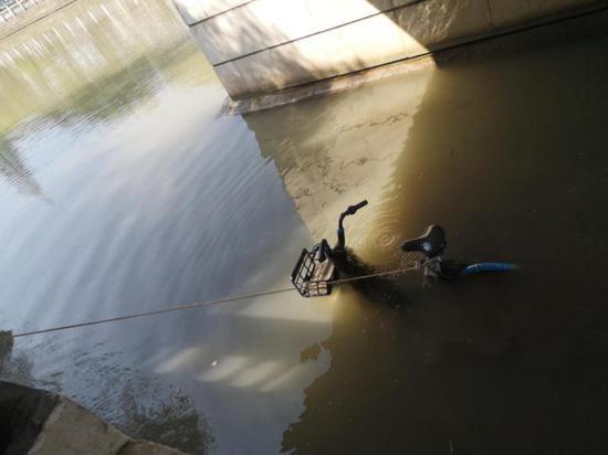 2男子将6辆共享单车丢河里被刑拘:不满被扣20元调度费
