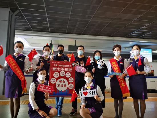 图说:上海客运段乘务人员做好进博会主题宣传 王闻强 摄