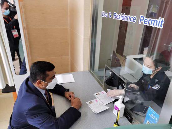 上海公安提供一站式服务 不让外国展商为签证延期发愁