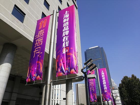 """图说:""""上海制造品牌在线购""""气氛已现 新民晚报记者 罗水元/摄(下同)"""