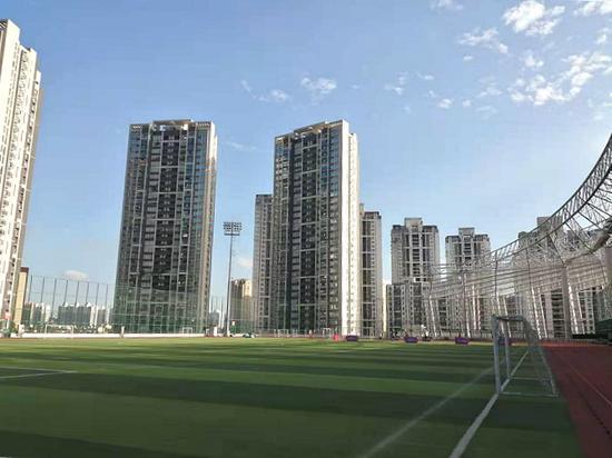 静安体育中心楼顶的国际足联标准场地。摄影:陈杨