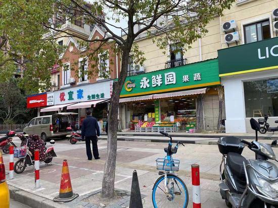▲小区沿街店铺今天仍照常营业