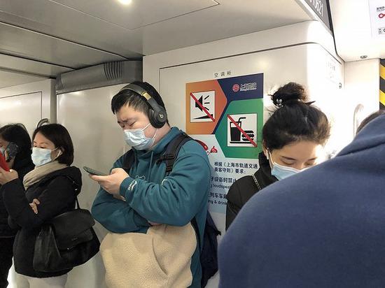 上海地铁内已张贴静音、禁食的海报。摄影:杨舒鸿吉