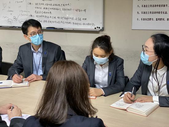 王昊(左一)与团队成员开会研究工作计划。 澎湃新闻记者 俞凯 摄