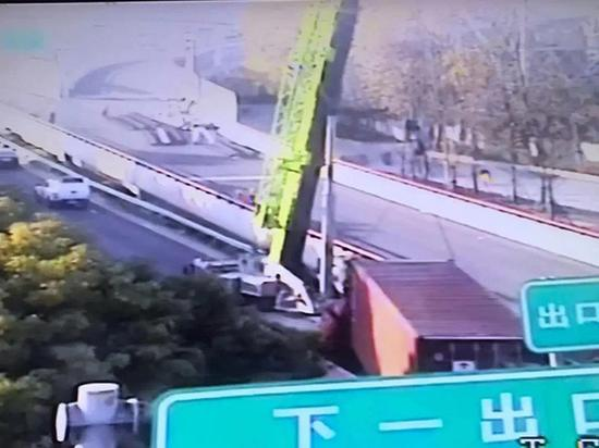 S20外环高速内圈近龙东大道出口,一辆集装箱货车追尾一辆厢式货车,导致驾驶员当场死亡。 本文图均为 上海交通广播微信公众号 图