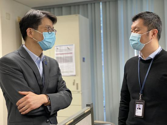 王昊(左)与结算部员工交流 澎湃新闻记者俞凯 摄