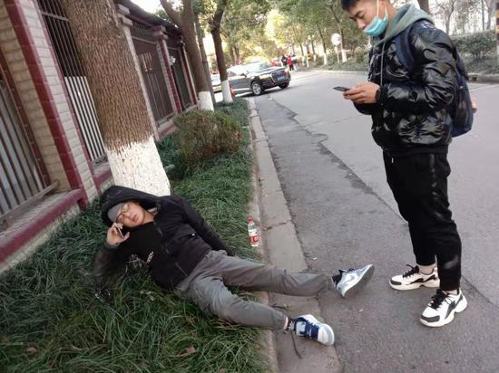 男子醉卧路边绊倒武警 意外获得紧急救治