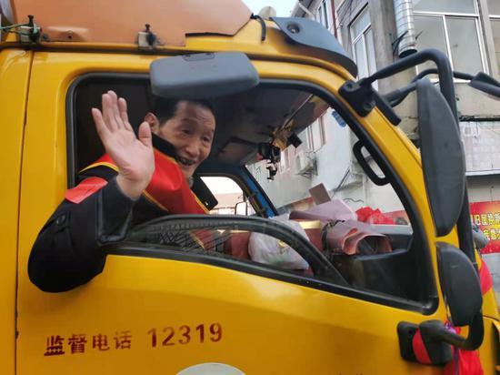 杨浦162街坊旧改居民集中搬场 全场兴高采烈