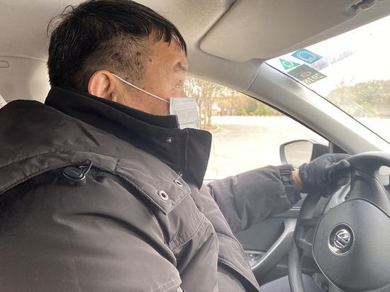 1月7日,72岁的张老伯在马陆驾校练车,准备参加科目二考试。