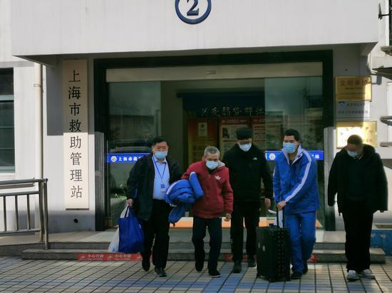 1月13日,曲常顺(化名)在救助站工作人员陪同下,离开救助站,乘坐高铁回家