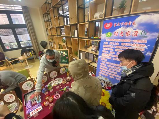 """江湾镇街道阳光家园举行""""蓝天下的至爱""""爱心集市活动"""