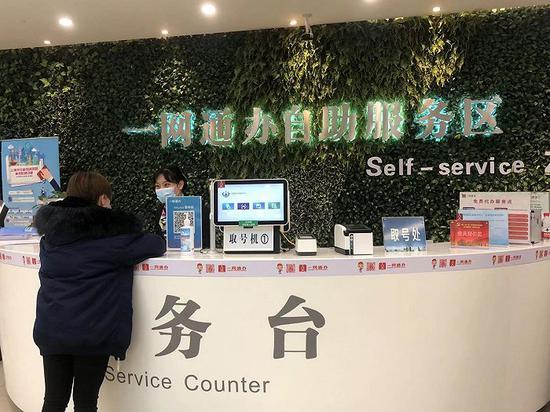 市民在黄浦区一网通办自助服务区咨询。摄影:方卓然