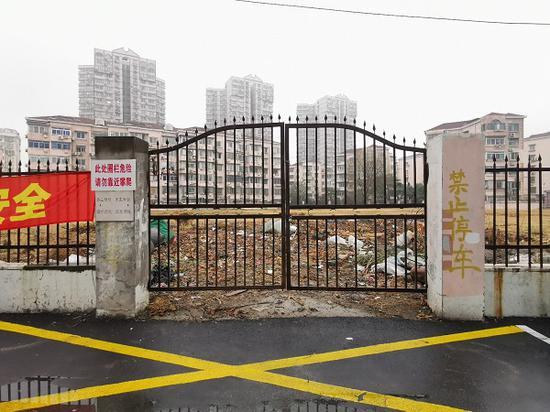 """图说:围墙锁起近7000平方米""""荒地"""" 新民晚报记者王军 摄(下同)"""