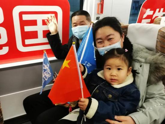 ▲京港高铁合肥至安庆段开通运营,合肥旅客争相出行,乘坐首列车去安庆旅游(陆应果摄)