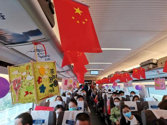 ▲长三角旅客坐着高铁看中国(陆应果摄)