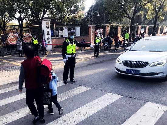 公安交警护校行动 交警总队供图