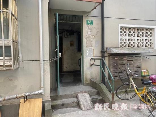 """图说:居民自行砌上的""""坡道"""" 来源/新民晚报记者 徐驰 摄"""